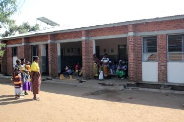 02_Waiting at the Clinic in Kwitanda_01